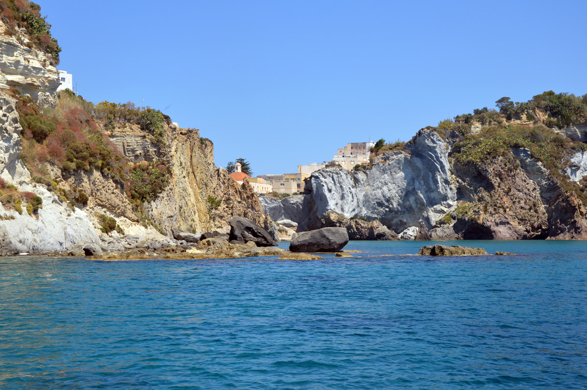 case-chiesa-noleggio-gommone-circeo-ponza-isole-pontine